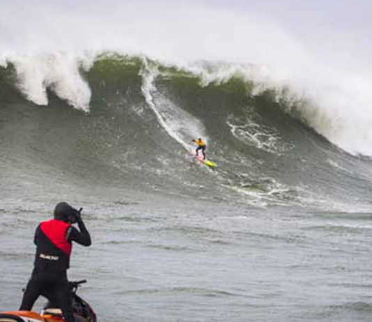 makua rothman riding wave